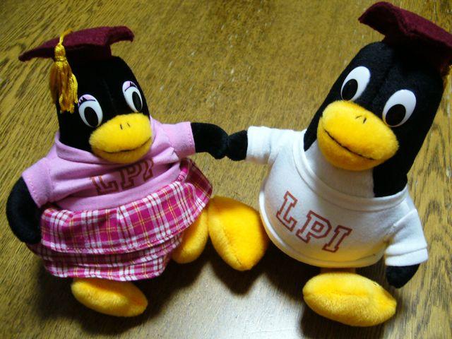 で、かねてより謎だった「LinuxキャラクターのペンギンTux君と、LPIのペンギン 君は同一人物か?」という疑問も氷解しました。ぬいぐるみに付いているタグに「Hi!