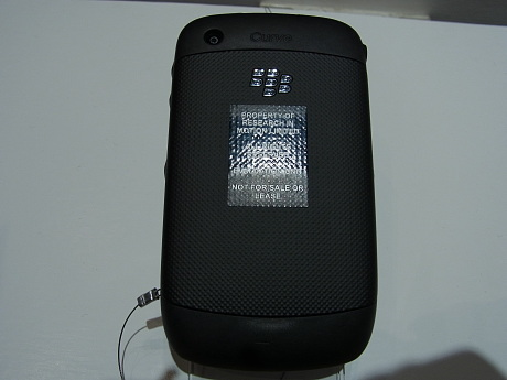 BlackBerry Curve 9300の背面。カラーは「Graphite Gray」1色。