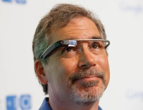 「Google Glass Explorer Edition」を装着する米CNETのRafe Needleman記者。