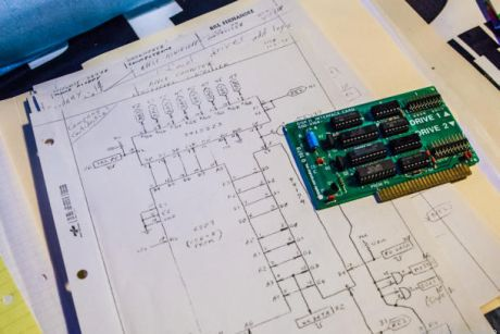 Wozniak氏が設計したディスクドライブコントローラは、他のディスクドライブコントローラが数十個のチップを必要としていたにもかかわらず、わずか数個しか使っていなかったことから画期的だったといわれている。