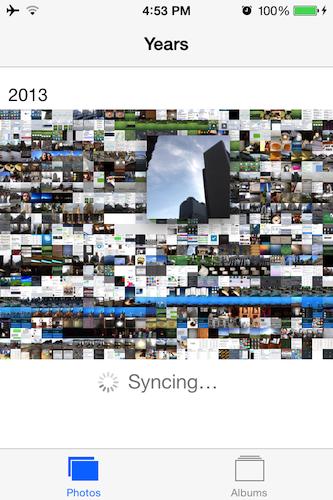 iPhoneに組み込まれている写真アプリは、カメラを中心に設計されているものの、これまでは競合するプラットフォームと比べると常に標準以下だった。例えばこれまでは、何百もの写真を1つずつスクロールして見ていく必要があった。iOS 7では、写真は日付と時刻で整理され、サムネイルの上に指を置けば、各サムネイルを簡単に詳しく見ることができる。パノラマ写真と動画はグループ化され、写真コンテンツの種類によって検索しやすくなっている。