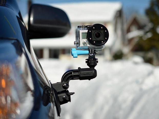 「GoPro」が「世界一多才なカメラ」をキャッチフレーズにしているのには、もっともな理由がある。  非常にコンパクトなデザインとオートフォーカス機能を備えたGoProは、誰にでも設定して使用できるデバイスだ。防水仕様のハウジングがあれば、雪や雨の中、水辺や水中など、どこでも好きな場所で使うことができる。  ただし、GoPro(どんなアクションカメラでもそうだが)を最大限に活用するには、ヘルメット用接着式マウント以上のものが必要になる。  この記事で紹介するのは、それに役立つアクセサリだ。ただし、この記事にはたくさんのアクセサリが登場するものの、それでも販売されている製品のごく一部に過ぎない。自分のアクションカメラの持つ力をより多く引き出したいなら、この記事を参考にしてほしい。