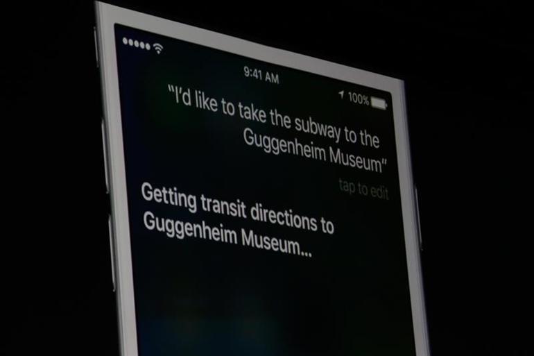 SiriとAppleのMapsは協力して、乗り換え案内を示してくれる。