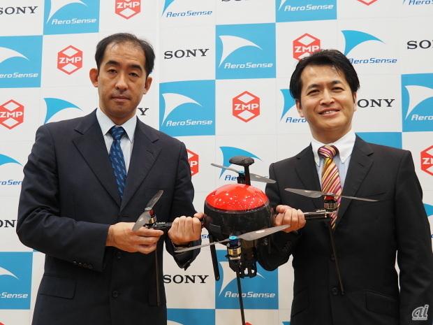 マルチコプター型のドローンを手にしたエアロセンス 取締役 CTOの佐部浩太郎氏と谷口恒氏
