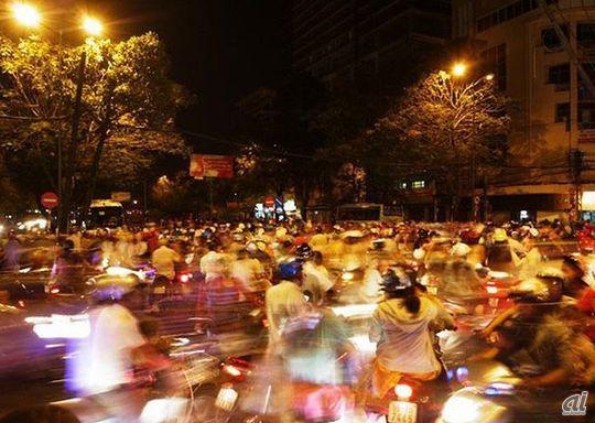 建国記念日などの祝日には花火が打ち上げられ、街の一部はバイクの海となる。(C)ネルソン水嶋