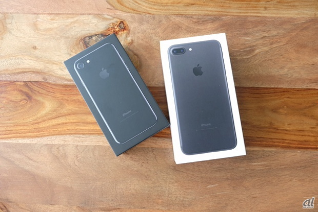 iPhone 7(左)とiPhone 7 Plus(右)