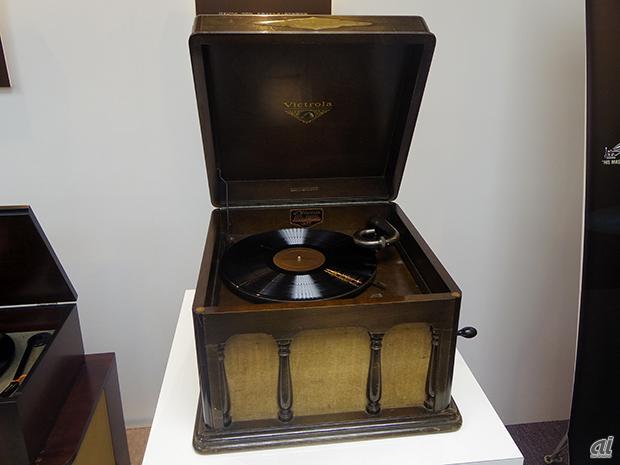 発表会場には、ビクターブランドから登場したエポックメイキングなモデルが展示されていた。写真は1930年に発売した、卓上蓄音機「ビクトローラ J1-80」。日本ビクターで設計、生産され、高級機並みの性能をもった国産化第1号機だったという。当時の価格は85円(大卒初任給は73円)。