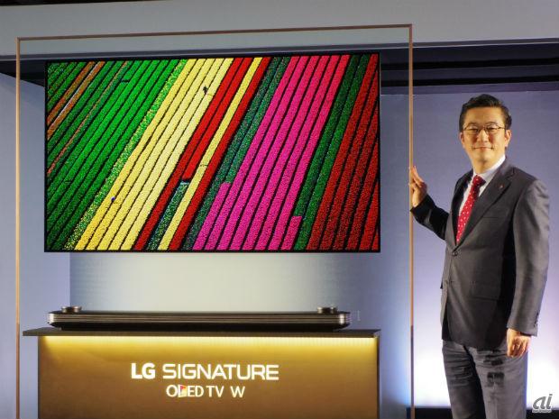 「OLED W7P」とLGエレクトロニクス・ジャパン代表取締役社長である李仁奎氏