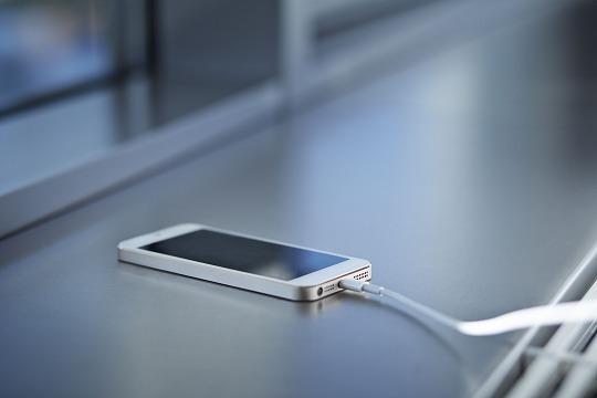 充電ケーブルにつながれたiPhone