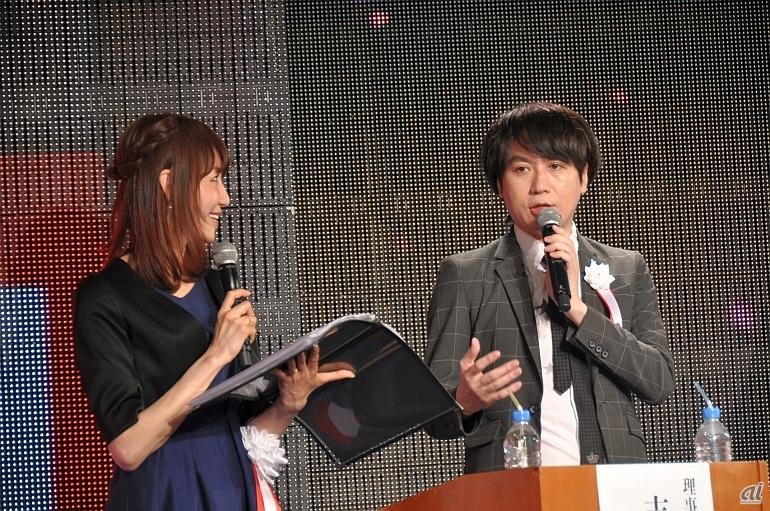 入学式の司会も務めた、理事の志倉千代丸氏(右)