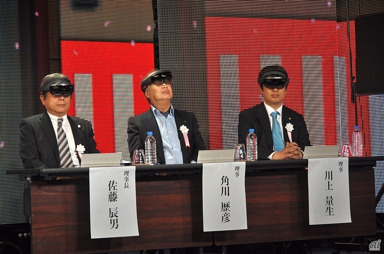(左から)理事長の佐藤辰男氏、理事の角川歴彦氏、同じく理事の川上量生氏。HoloLensを装着して式辞に参加した