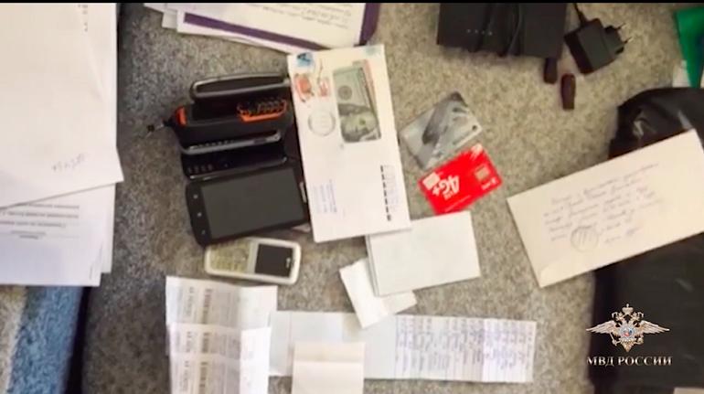 警察がCronのメンバーから押収したキャッシュカードやSIMカード