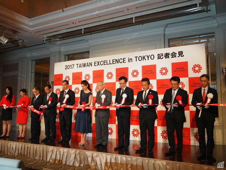 オープニングセレモニーではテープカットが行われた。ASUS JAPAN 代表取締役社長のエミリー ルー氏や日本エイサー 代表取締役社長のボブ・セン氏もテープカットに参加した