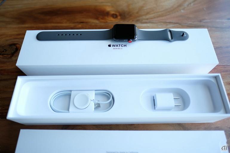 箱の下には、Apple WatchのApple Watch磁気充電ケーブルなどが収納されている