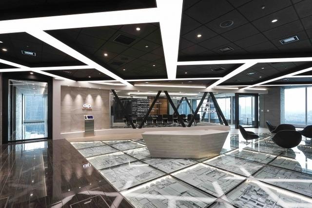 エントランスは開放的なオープンエリアで、奥の会議室ガラスに、社名である「dream idea passion」のサロンが飾られ、dip WAYを表現しています。