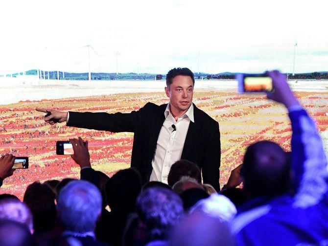 9月、南オーストラリア州でTesla Powerpackを披露するElon Musk氏