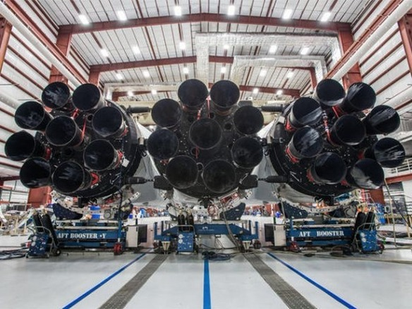 SpaceXのマスクCEO、「Falcon Heavy」ロケットの写真公開--1月打ち上げ予定