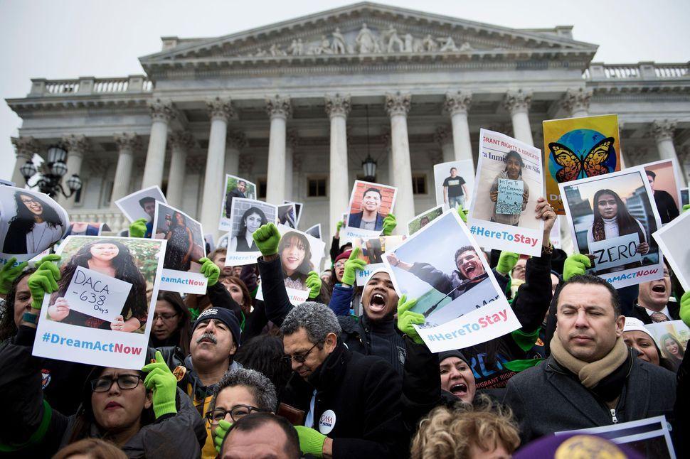 DACAプログラムの廃止に反対する人々