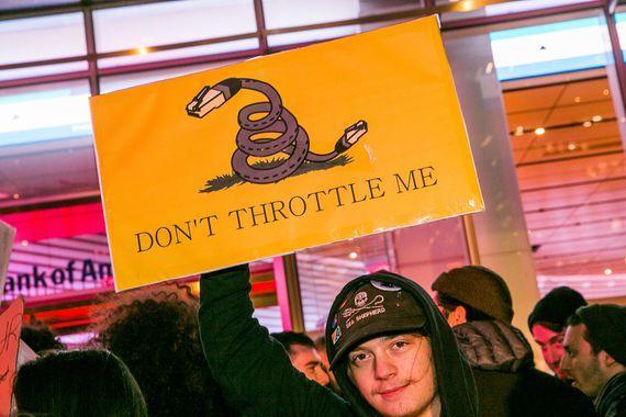 ネット中立性規則の撤廃に反対する人々