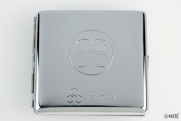 スチール製ケースは「ももクロ家紋」と「finalロゴ」を刻印した特別バージョン