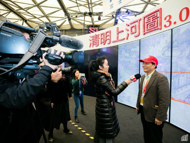 中国メディアの取材を受ける戴社長