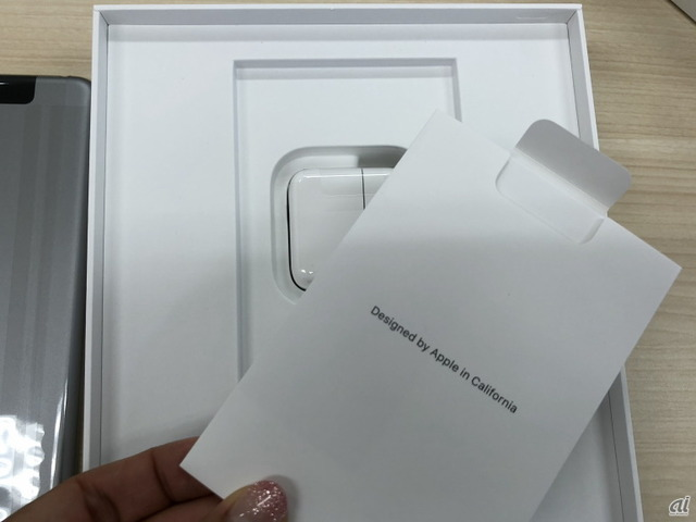 おなじみの「Designed by Apple in California」の文字。
