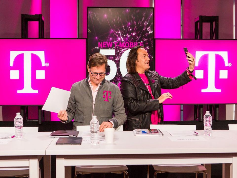 T-Mobile USのJohn Legere CEO(右)とMike Sievert COO(左)