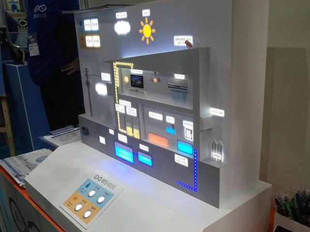 12月11~13日の3日間、東京都江東区の東京ビッグサイト 青海展示棟で「第2回 AI・スマート住宅 EXPO」が開催された。住宅メーカーやIoT機器ブランドなどが出展し、IoT対応の住宅設備からスマート家電、ホームネットワークなどの最新事例が並んだ。   会場では「第4回[高性能]建材・住設 EXPO」「第4回 スマートビルディング EXPO」「第2回 施設リノベーション EXPO」「第1回 工務店支援 EXPO」も併催されており、合計での出展者数は300社以上。IoT住宅やZEHをテーマにしたセミナーなども開かれた。ここでは会場内で気になった展示を写真で紹介する。   写真は、TOKAIが手掛ける、生活水と電気を自給自足する「OTSハウス」。雨水で生活水、太陽光で電力を生み出すことで、上水道、系統電力に頼らず生活ができるとしている。実際の販売も開始しており、理論上は雨水、太陽光だけで暮らせるが、雨不足や日照問題なども考慮し、上水道、系統電力への契約はお願いしているとのこと。   完全自給自足を目指した「OTS HOUSE Advance」のほか、生活水を重視した「OTS HOUSE Water」、電気の自立ができる「OTS HOUSE Energy」、災害時に7日間の自立ができる「OTS HOUSE Value」と4タイプを用意している。