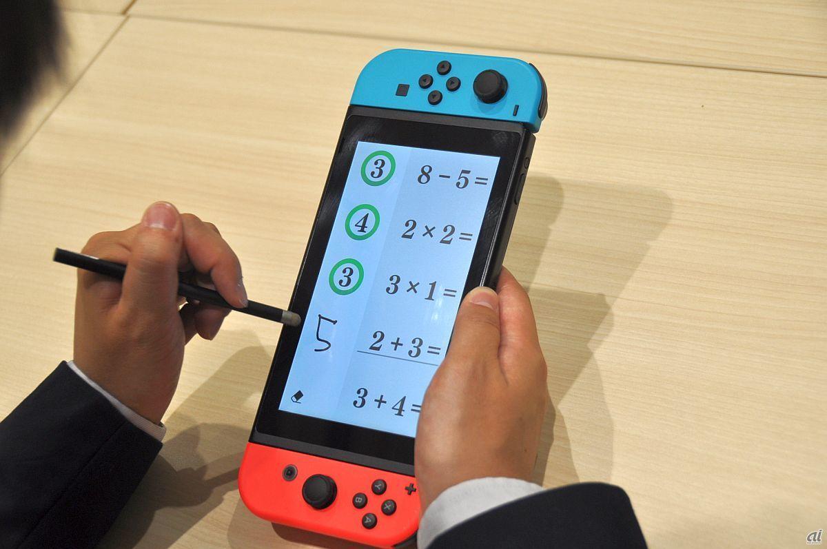 タッチペンで素早く回答を書く。利き腕の設定が可能で、右利きや左利きに適した画面配置になる。写真は左利き用