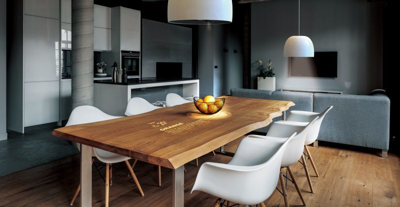 When suspended on a flat surface such as a table, it not only brightens the table, but also the built-in camera recognizes objects placed on the table and can project various information according to the object from the projector unit.