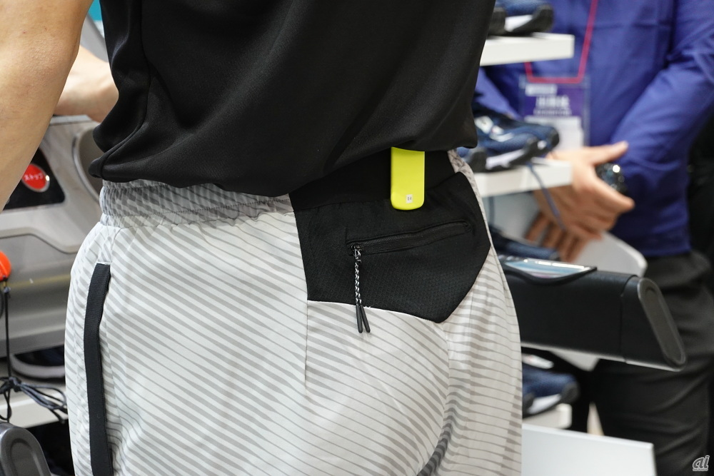 The yellow terminal on the waist is a motion tracker. It weighs 40 g, and in a preliminary survey it was said that most people were running and did not mind that it was running