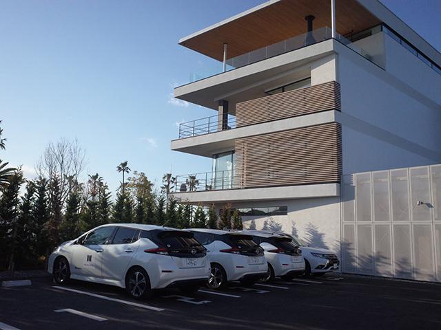 屋上に太陽光パネルを備え、EVに充電できるほか、EVからホテルへの放電も可能