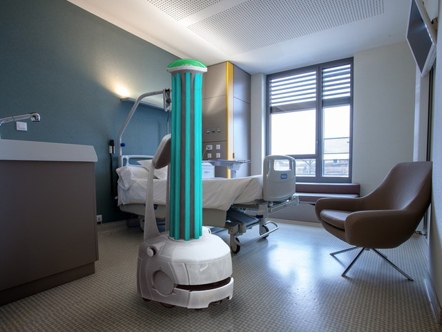 "Photo of Omron's ""ultraviolet light irradiation robot"" to prevent infection during disinfection work-adopted in 10 countries around the world"