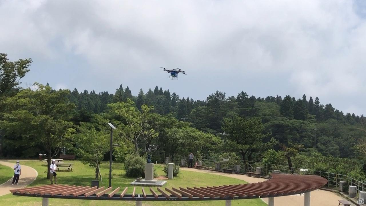 ドローンは六甲山の中腹にある展望台から山上までの約1kmの距離を5分程度で飛んだ