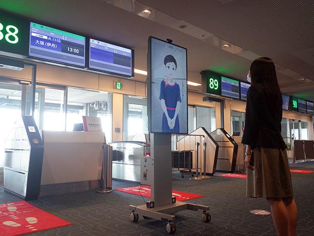搭乗口での接客の様子。ディスプレイ越しに対話ができる