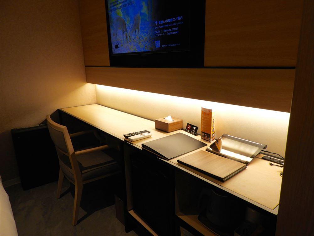 ダブルはビジネス利用も考慮して広々としたテーブルスペースが用意されている。