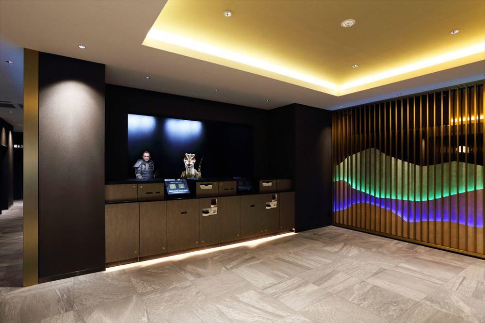 ロビーはシンプルで壁の照明は季節や時間にあわせて変化する。
