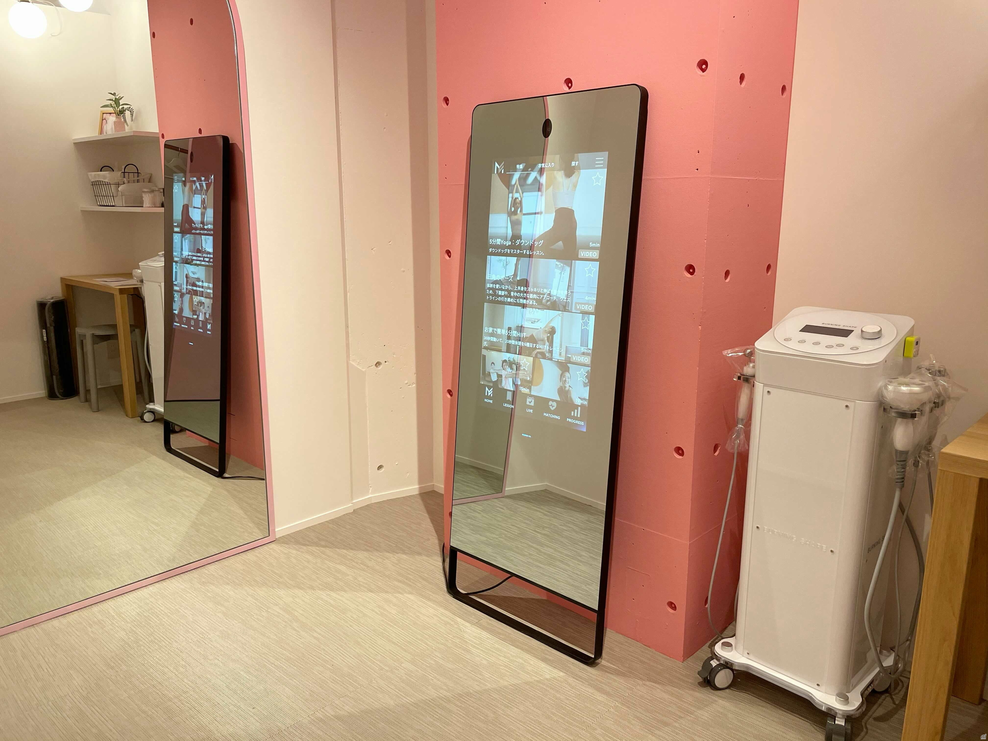 IoTミラーデバイス「MIRROR FIT.」を導入した完全個室型