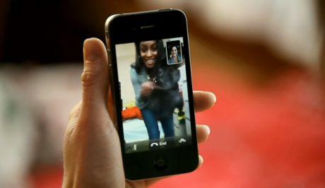 AppleのFaceTime機能では、iPhoneユーザー間で双方向ビデオ会議が可能になる。将来は他のデバイスにもこの機能を搭載するとAppleは述べている。