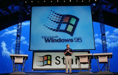 Windows 95発表イベントでのBill Gates氏。Windows 95は15年前の8月24日に発売された。
