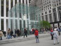 ニューヨーク市5番街のApple Storeは、顧客数や建築デザインの面からAppleの旗艦店の1つとなっている。