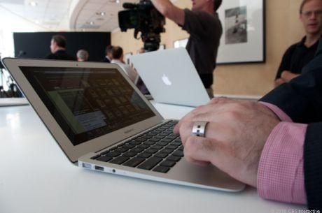 ほかのApple製ノートブックと同様、MacBook Airは1枚のアルミニウムからできた筐体を採用しており、壊れやすくなりがちな薄型設計が強化されている。