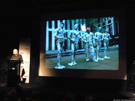 新聞紙に覆われたマネキンとともにマンハッタンのApple Store旗艦店の前でポーズを取るRichard Branson氏。「iPad」向けの新しい雑誌「Project」の創刊プロモーションだ。