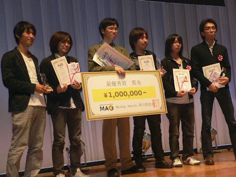 最優秀賞に選ばれた上田哲郎氏(中央)ら受賞者