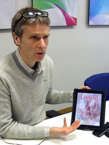 iPadでeマガジンのデモを行うLiversidge氏