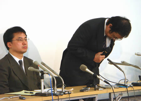 謝罪する平成電電代表取締役の佐藤賢治氏写真