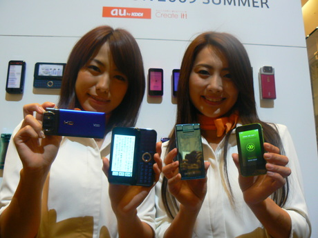 左から、「Mobile Hi-Vision CAM Wooo」「biblio(ビブリオ)」「SOLAR PHONE SH002」「Sportio water beat」