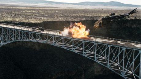 このアクションシークエンスの作成は、橋の上でのトラックの爆破が実際には不可能だったため、異なる3カ所での撮影を必要とした。そして、ILMの視覚効果チームが新開発のCG技術を使ってそれらを組み合わせた。