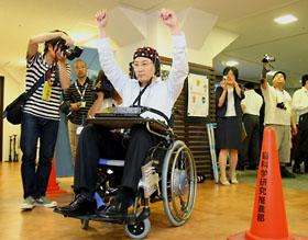 脳波で電動車いすを動かす研究者