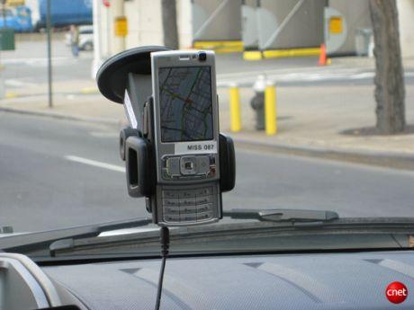 この携帯電話に搭載されているGPSチップは、速度と位置のデータをカリフォルニア大学バークレー校の研究者に送っている。その研究者が使用するアルゴリズムによって、ドライバーに最新の交通情報が提供される。